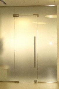 Маятниковая стеклянная дверь №9