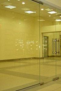 Маятниковая стеклянная дверь №13