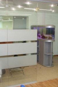 Стеклянная перегородка для офиса или магазина №12