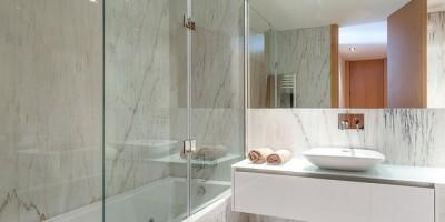 Раздвижные шторки для ванной: пластиковые и стеклянные. Как выбрать